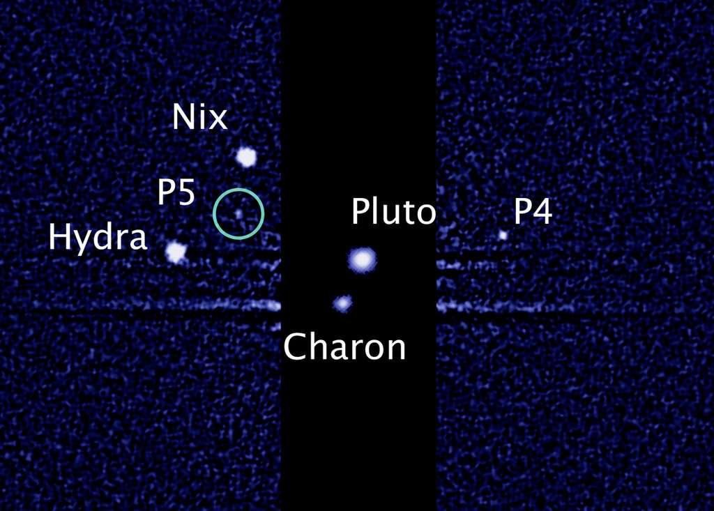 Pluton (Pluto) et ses quatre satellites connus : Charon (qui fut P1), Nix et Hydra (P2 et P3 devenus un temps S/2005 P1 et S/2005 P2) et, bien plus petits, P4 et P5, qui seront bientôt Cerbère et Vulcain, mais dans quel ordre ? L'image est due au télescope spatial Hubble. © Nasa, Esa, M. Showalter, Seti Institute