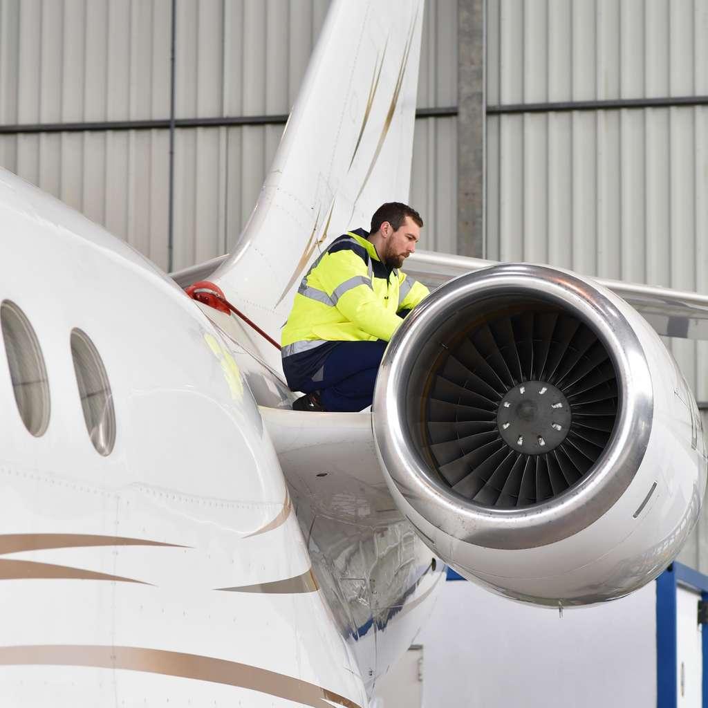 L'ajusteur-monteur aéronautique peut être amené à se déplacer chez un client pour effectuer des réparations ou des opérations de maintenance. © industrieblick, Fotolia.