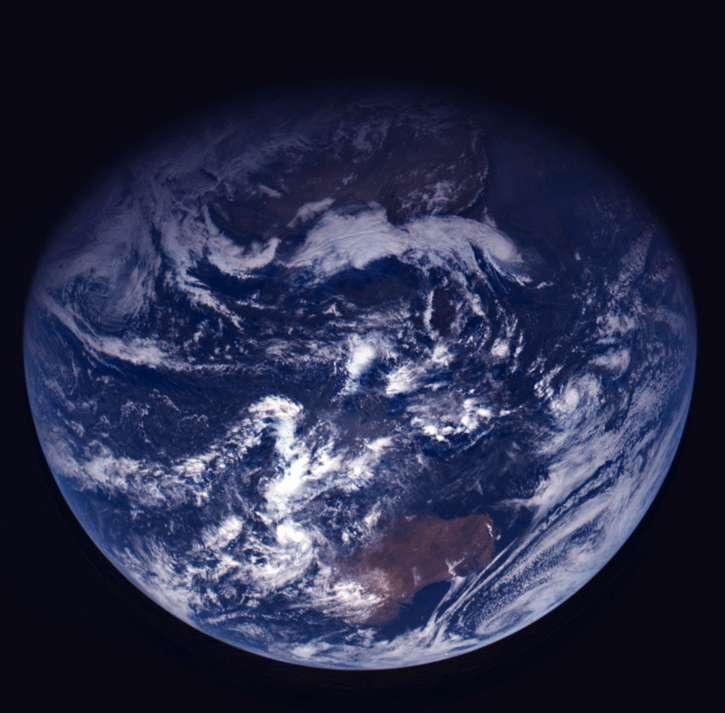 La Planète bleue photographiée par la sonde Rosetta le 15 novembre 2007 alors qu'elle était en route vers la comète Tchourioumov-Guerassimenko. © Esa