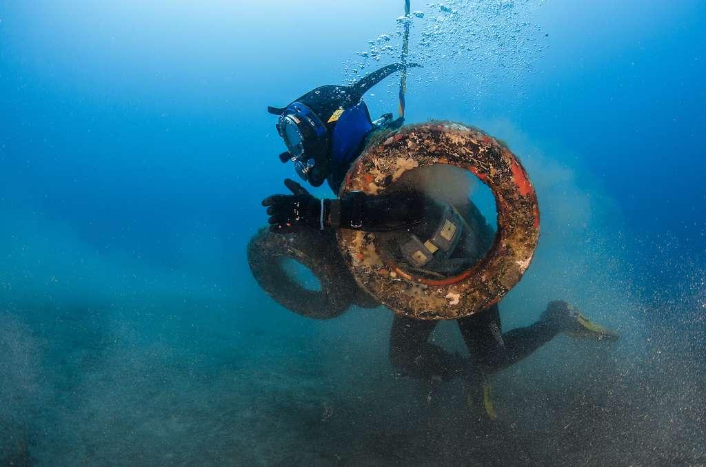 Des plongeurs assemblent des colliers de pneus pour les remonter à la surface, entre Cannes et le cap d'Antibes. © Greg Lecoeur / Agence française pour la biodiversité