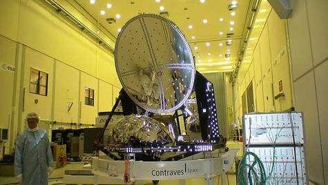 Le modèle de vol du télescope Planck sur son support au sein d'une des salles propres de l'ESTEC, après la conduite d'un test en simulateur spatial. Crédit ESA.