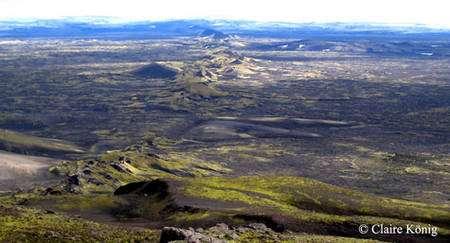 Alignement de bouches volcaniques dans le Laki. © Claire König