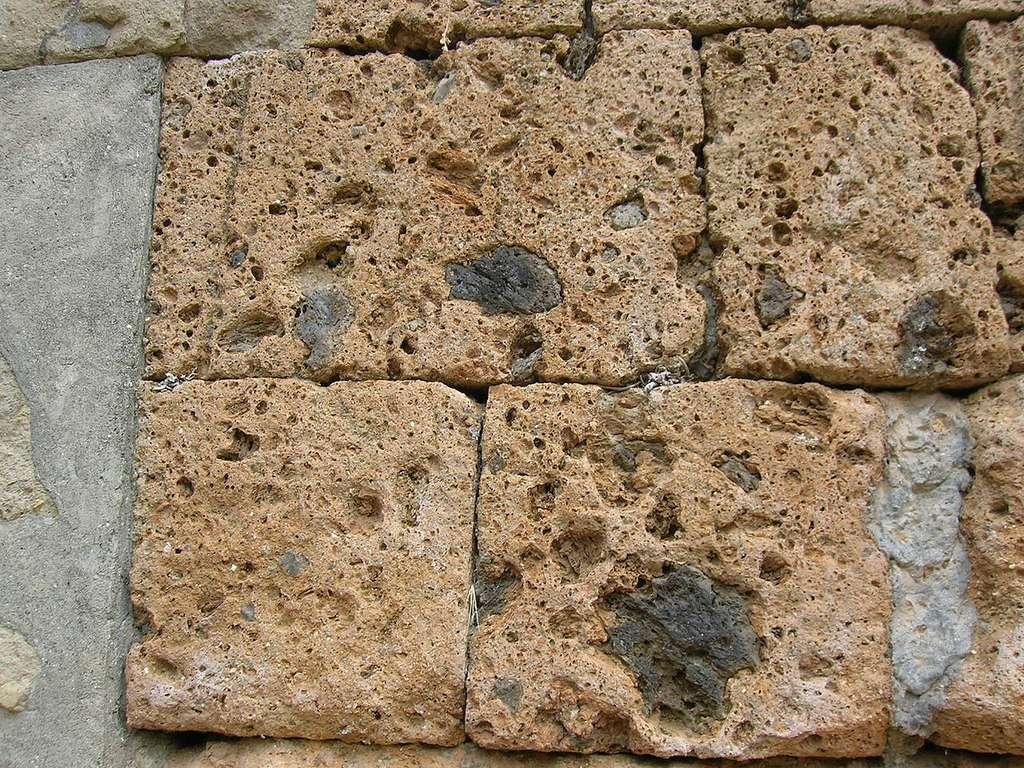 Le tuf volcanique fut beaucoup utilisé pour la construction de bâtiments à l'époque romaine. © Wikimedia