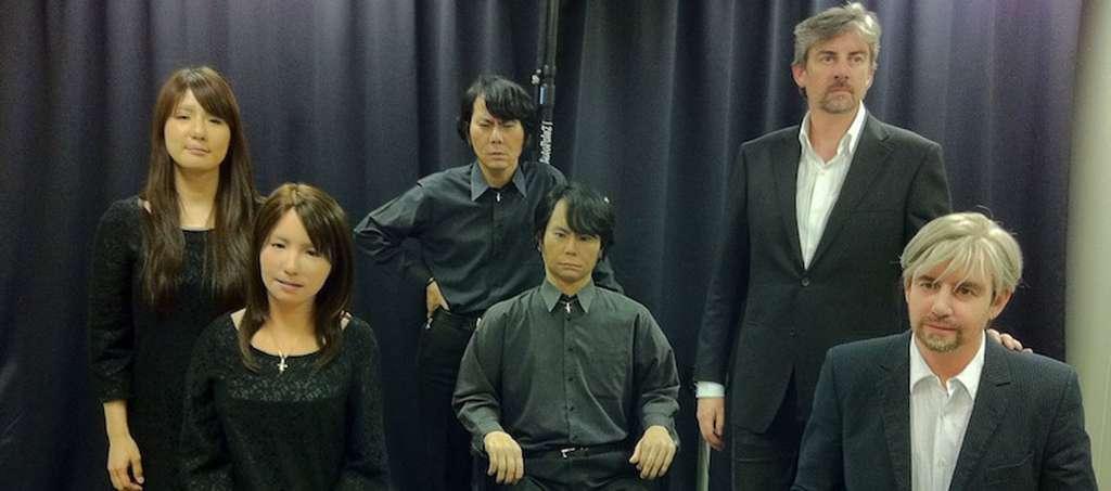 Par leur ressemblance avec l'humain, les Geminoids de Hiroshi Ishiguro (au centre) provoquent des phénomènes de rejet qui illustrent le « syndrome de la vallée de l'étrange » proposé par Masahiro Mori en 1970. © Hiroshi Ishiguro Laboratories, ATR