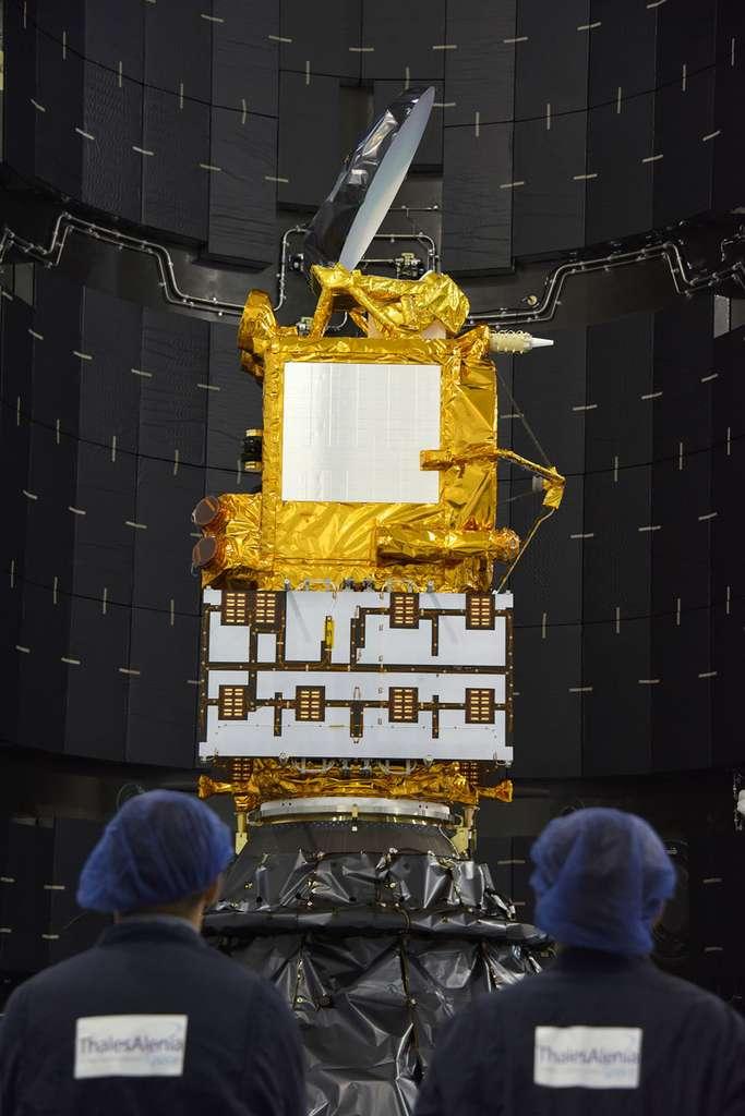 Le satellite d'altimétrie Jason 3 dans la coiffe de son lanceur (un Falcon 9). Quatre jours après son lancement, le 17 janvier 2016, Jason 3 fournit déjà presque en temps réel ses premières mesures de hauteur de surface de la mer. © Nasa
