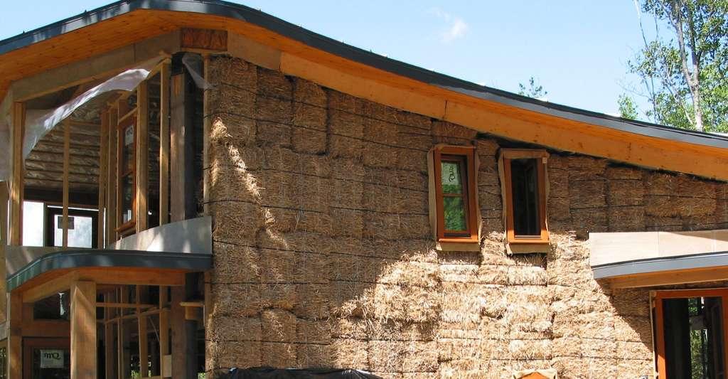 Construction d'une maison en paille. © DR