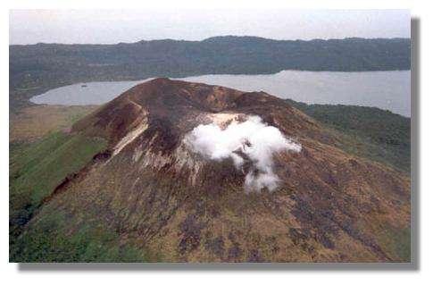 Petit panache au sommet du volcan Garet – 1995 © IRD/Michel Lardy