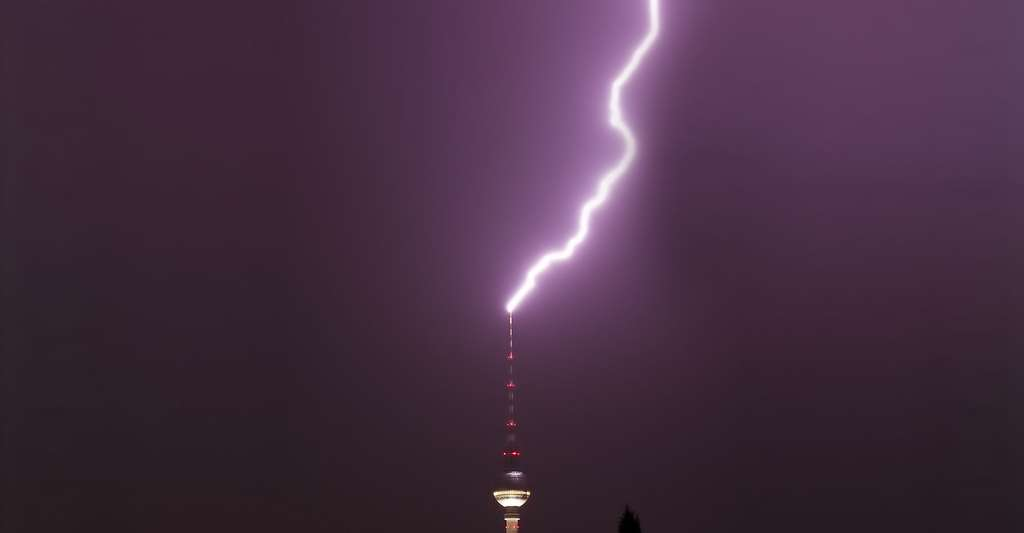 Foudre tombant sur la TV Tower Berlin. © Matt Biddulph - CC BY-SA 2.0