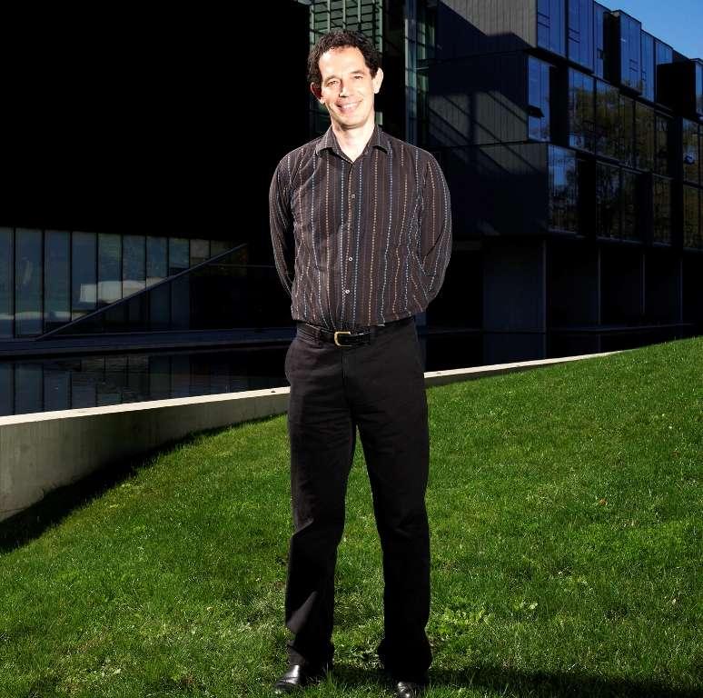 Neil Geoffrey Turok (né en 1958) est un physicien sud-africain qui est actuellement le directeur du Perimeter Institute for Theoretical Physics au Canada. Ses travaux concernent la cosmologie. © Perimeter Institute for Theoretical Physics, 2009