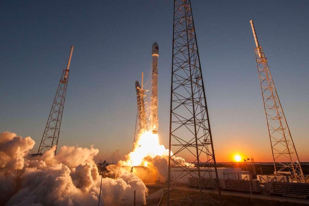 Décollage du Falcon 9 et lancement réussi du satellite DSCOVR en février 2015. © SpaceX