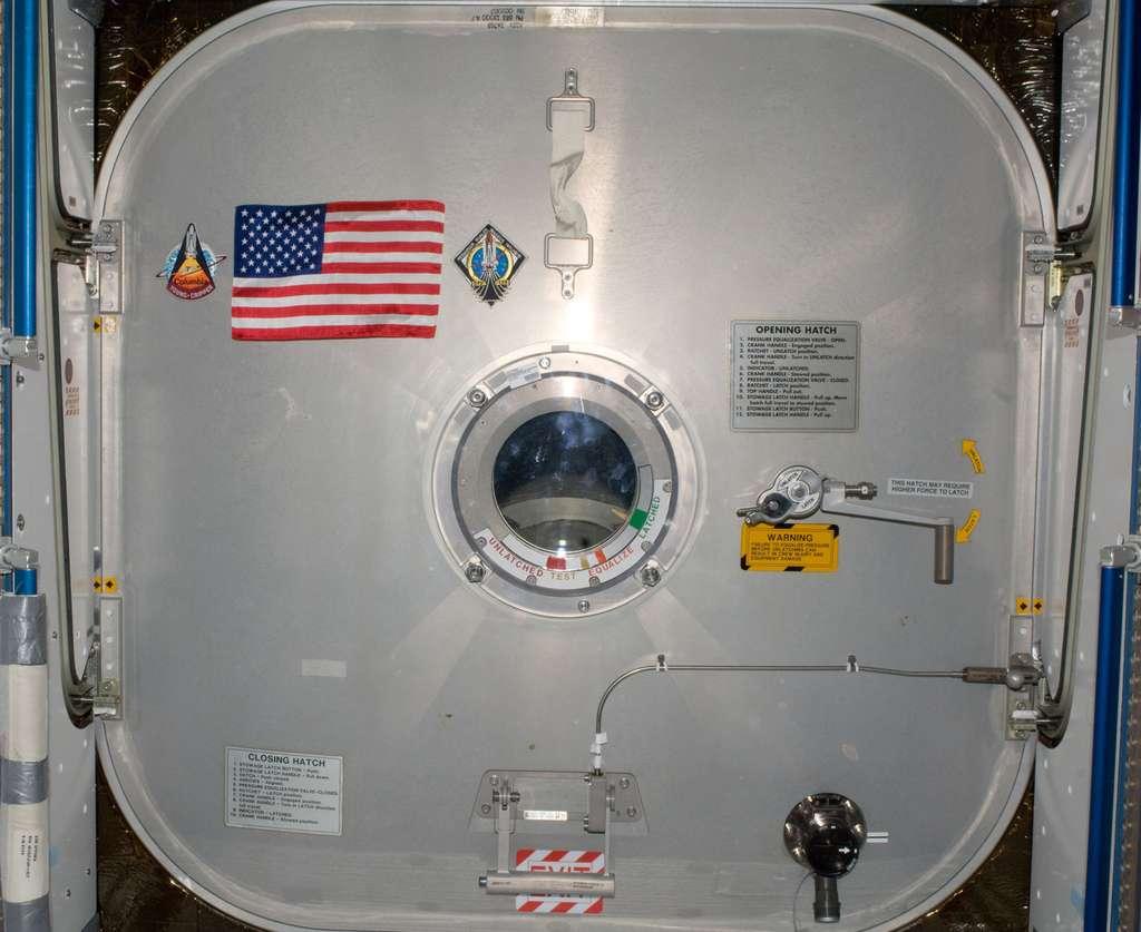 Chargé d'histoire, ce drapeau américain a été accroché sur le sas d'Harmony (Node 2) en guise d'hommage aux ambitions spatiales des États-Unis. © Nasa