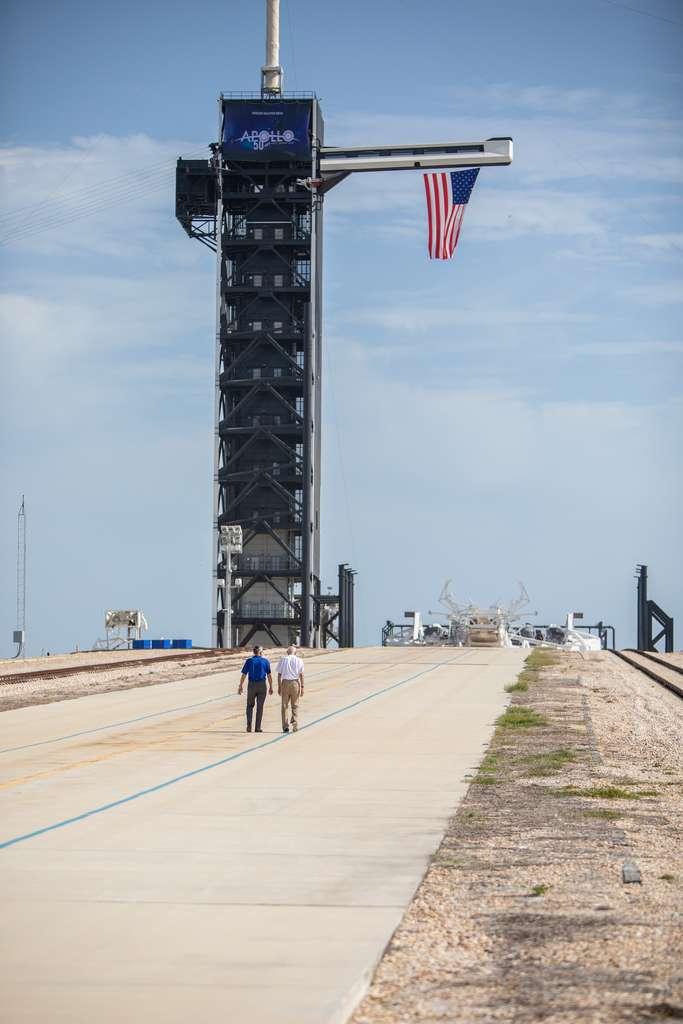 Le 16 juillet 2019, à l'occasion du 50e anniversaire du lancement d'Apollo 11, le directeur du Centre spatial Kennedy, Bob Cabana, à gauche, et l'astronaute Michael Collins se promènent au complexe historique de lancement 39A. © Nasa