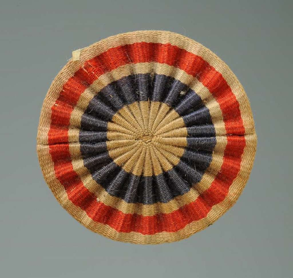 Cocarde patriotique pour chapeau, blanc au centre, diamètre 66 mm, période Révolution française. © Bertrand Malvaux.