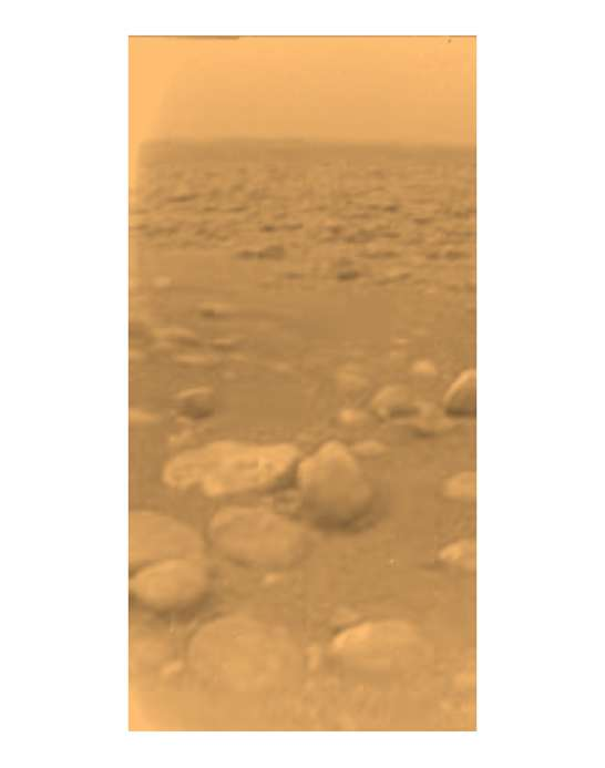 La dernière image envoyée par le module Huygens, qui vient de se poser sur la surface de Titan, le 14 janier 2005. Ces cailloux sont en fait des glaçons d'eau. © Nasa, Caltech, SSI, ESA