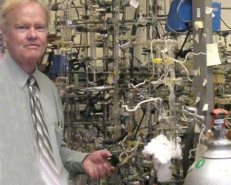 Mark Thiemens dans son laboratoire de cosmochimie. Crédit : Nasa