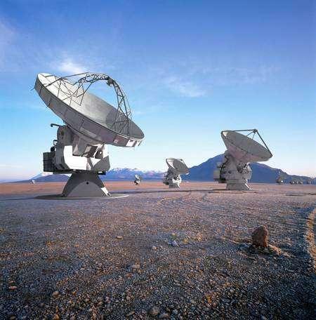 Alma devrait ressembler, une fois terminé, à cette vue du désert de'Atacama sur laquelle ont été ajoutées à l'ordinateur les images des antennes du réseau de radiotélescope en projet. Crédit : Eso