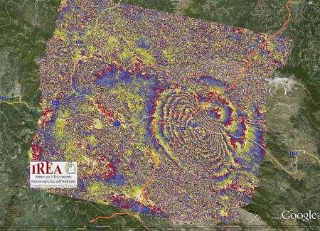 Cliquer pour agrandir. L'interférogramme indiquant les modifications de la topographie suite au séisme dans la région de L'Aquila. Chaque frange indique une modification de 2,8 cm environ. Crédit : IREA-CNR