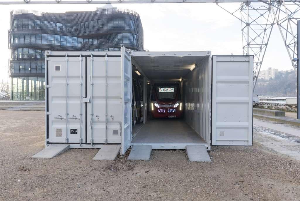 Un garage pour navettes autonomes Navya à Lyon. © Capsa container