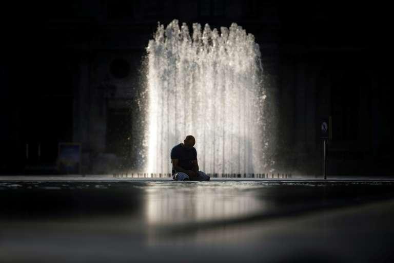 Vers une accélération et une augmentation des extrêmes composés, jour-nuit, qui priveront l'organisme de la possibilité de se remettre d'une journée caniculaire. Sur la photo, un homme assis devant la pyramide du Louvre à Paris le 24 juillet 2019 lors de la canicule. © Lionel Bonaventure, AFP, Archives
