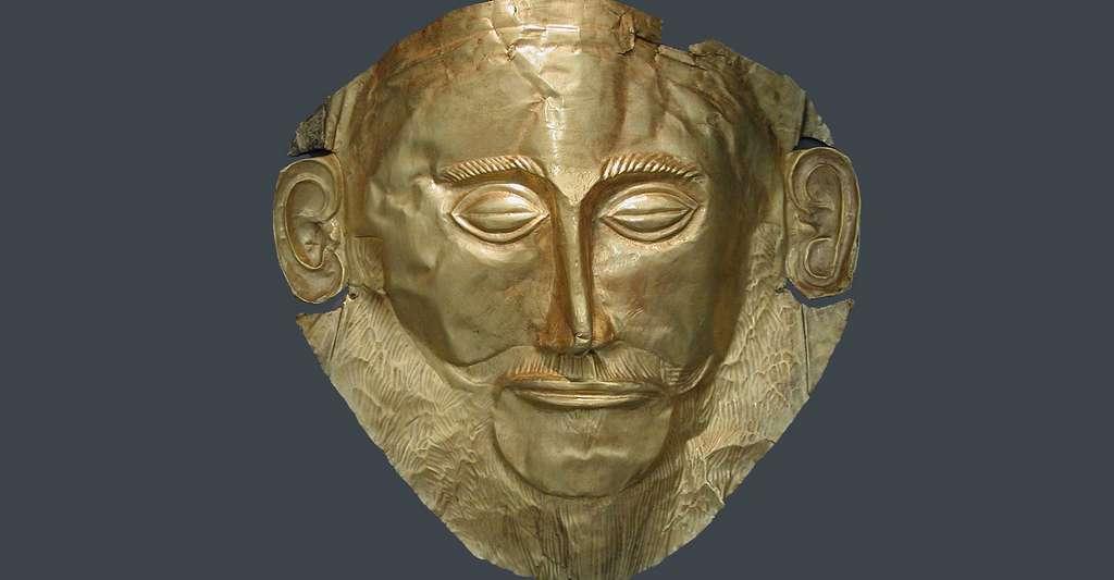 Masque funéraire, connu sous le nom de « masque d'Agamemnon ». Or massif, trouvé dans la Tombe V du site de Mycènes par Heinrich Schliemann en 1876, daté du XVIe siècle av. J.-C. Conservé au Musée national archéologique d'Athènes. © DieBuche, Wikimedia commons, CC by-sa 3.0