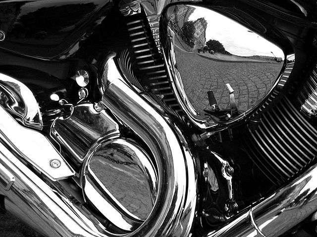 Le chromage décoratif donne un aspect poli à la matière. L'opération entre notamment dans la réalisation de pare-chocs et de pièces de moto. Le chromage dur est quant à lui utilisé en mécanique et sert de revêtement anti-usure. © Atoma, Wikimedia Commons, CC by 2.5