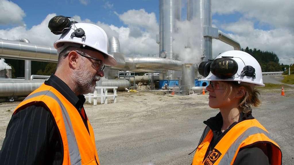 Greg Bignall est géothermicien. Il a été interviewé par Marlène Beyerle au champ géothermique de Wairakei. © Bruno Cédat