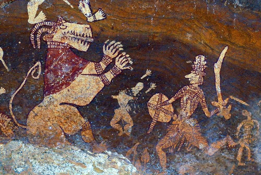 Scène de combat dans l'abri de Churna, qui oppose un lion à cornes à demi dressé et vêtu à un guerrier armé d'un sabre et d'un bouclier. Entre les deux combattants, un homme a perdu tête et bras. Le thème du lion à cornes, appelé Vyala, affronté par un guerrier se retrouve dans des sculptures des Xe et XIe siècles sur les façades de certains des célèbres temples de Khajuraho, toujours dans le Madhya Pradesh. © Jean Clottes, Meenakshi Dubey-Pathak