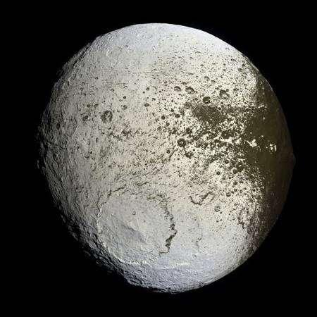 Image de la surface de Japet prise par la sonde Cassini le 10 septembre 2007. La face brillante est bien visible Crédit : JPL/Nasa
