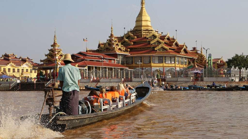 Bateau transportant des touristes vers la pagode Phaung Daw Oo sur le lac Inle. © Antoine, tous droits réservés, reproduction interdite.