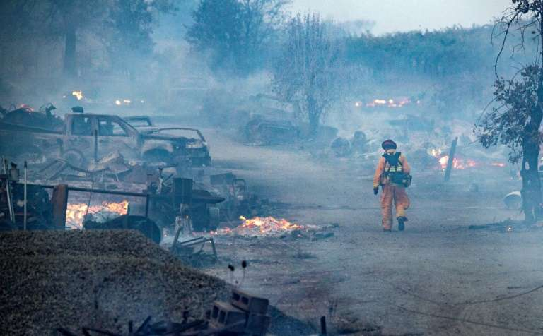 Un pompier traverse une propriété ravagée par le « Kincade Fire », le 27 octobre 2019 à Healdsburg, en Californie. © Josh Edelson, AFP