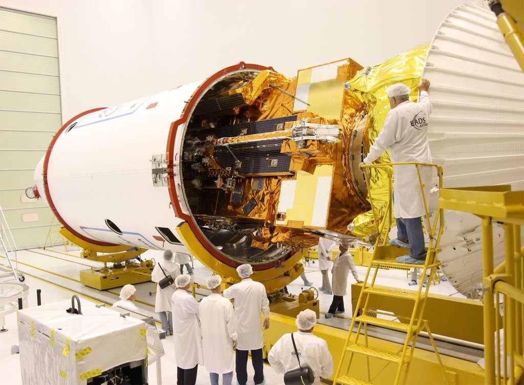 Mise sous coiffe de Metop-B. Il en sortira cinq minutes après son lancement. © Esa