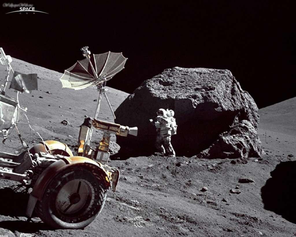 Au cours de la mission Apollo 17 le géologue Harrison Schmitt explora longuement la région de Taurus Littrow à l'aide du rover pour collecter un grand nombre de roches. Il est ici photographié par le commandant de la mission, Eugene A. Cernan. © Nasa