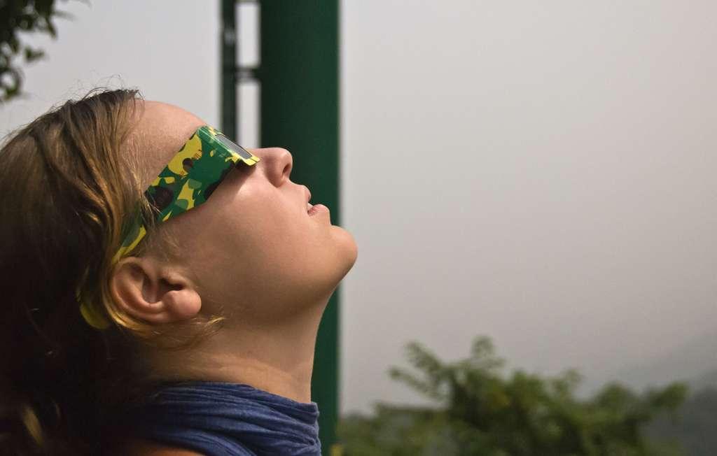 Les lunettes à éclipses sont indispensables pour observer une éclipse de Soleil en toute sécurité. © urmoments, fotolia