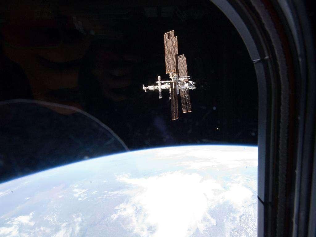 L'ISS photographiée depuis Atlantis le 19 juillet 2011 selon un point de vue original. On voit ici la Station par son flanc, avec la partie russe à gauche (on voit les vaisseaux Soyouz et Progress), constituant la poupe du grand vaisseau spatial. À droite, les laboratoires Columbus (européen) et Kibo (japonais), situés sur la proue. L'ISS avance donc dans l'espace vers la droite. © Nasa