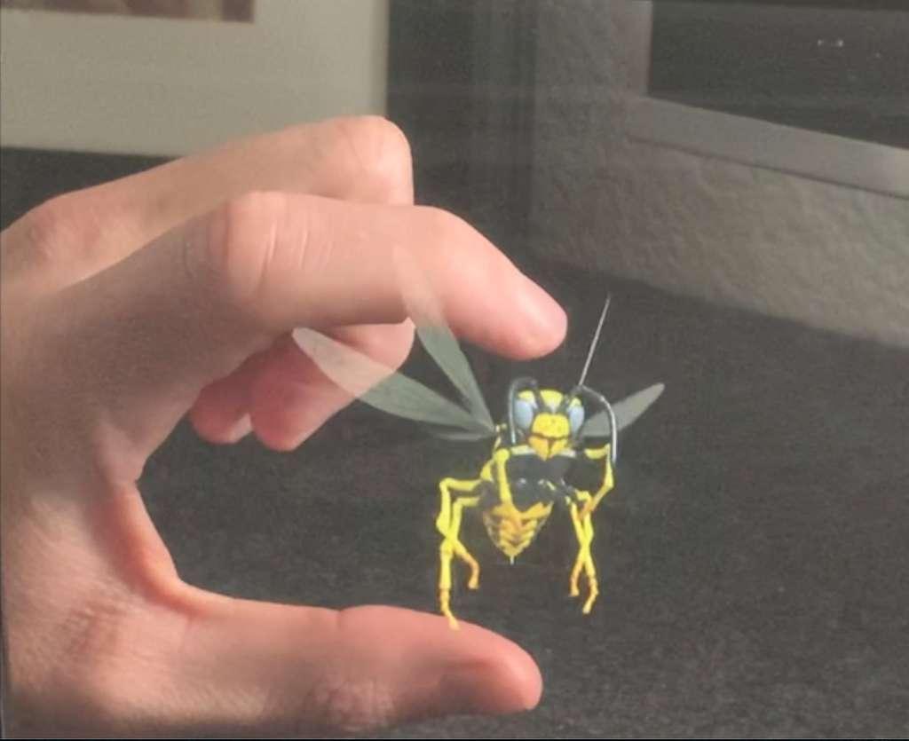 Ikin fait la démonstration de toutes les applications possibles de son système holographique. Par exemple, pendant qu'elle bouge, cette guêpe peut être manipulée. © Ikin