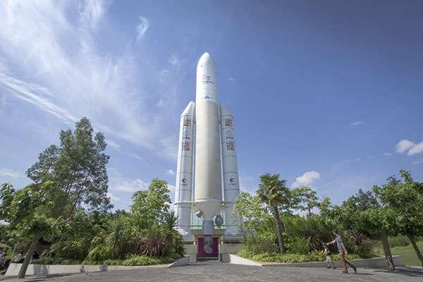 La fusée Ariane 5, grandeur nature, culmine à 53 mètres de hauteur. Elle est l'un des emblèmes de la Cité de l'espace. © Laurent Garcia, Cité de l'espace, tous droits réservés