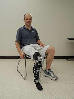 Les progrès réalisés depuis un an sur le prototype de jambe robotisée contrôlée par la pensée du RIC. De multiples améliorations ont été réalisées sur la partie logicielle et deux grosses mises à jour mécaniques, notamment au niveau des moteurs, ont été effectuées. Son porteur, Zac Vawker, peut désormais utiliser sa jambe avec une démarche presque naturelle. Il n'a pas besoin, par exemple, de la repositionner manuellement pour pouvoir se lever. © RIC