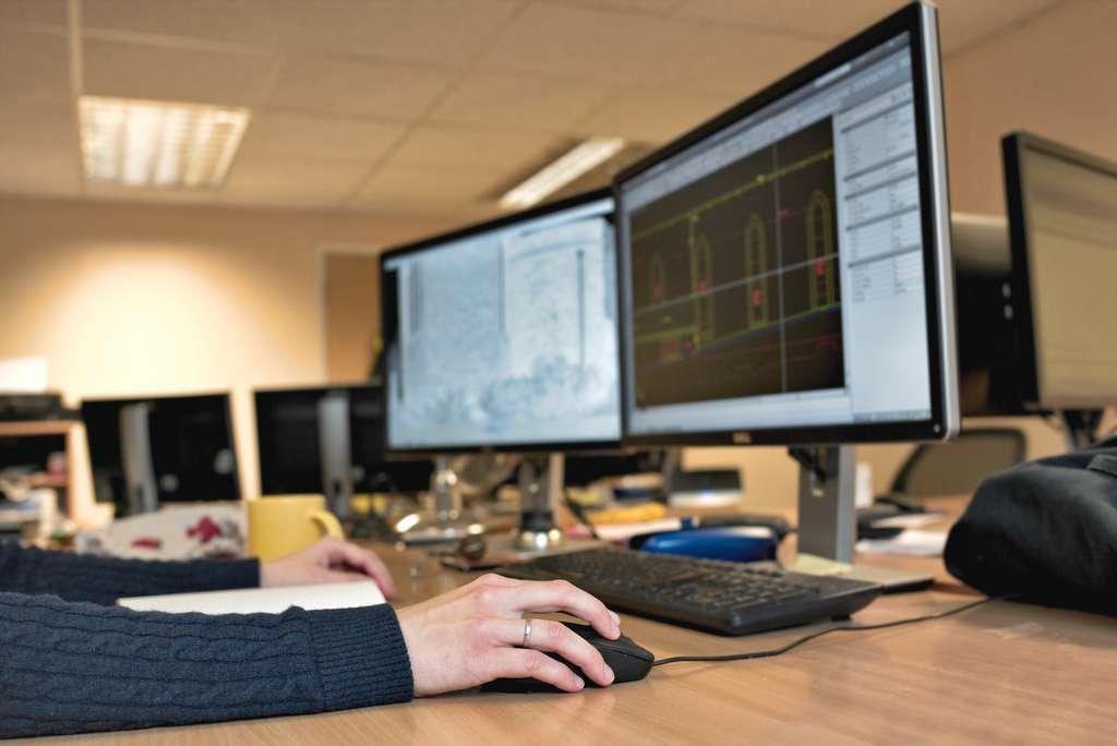 Le Dual screen offre confort et productivité. © Karol Adamaszek, Adobe Stock