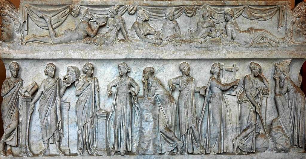 Quelle est l'origine du mot « mémoire » ? Ici, sarcophage des Muses représentant les neuf Muses et leurs attributs. Sarcophage en marbre datant de la première moitié du IIe siècle après J.-C. et découvert sur la Via Ostiense (de gauche à droite : Calliope, Thalia, Terpsichore, Euterpe, Polymnie, Clio, Érato, Uranie et Melpomène). © Jastrow, DP