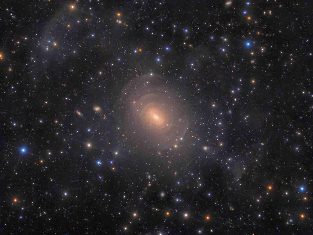 «Les coquilles de la galaxie elliptique NGC 3923 dans l'Hydre» (Shells of Elliptical Galaxy NGC 3923 in Hydra) telles que capturées par un télescope relativement modeste, mais après près de 42 heures d'exposition. © Rolf Wahl Olsen