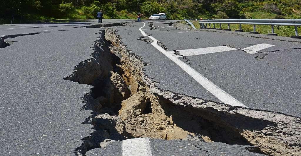Les tremblements de terre rendent parfois les routes impraticables. © NigelSpiers, Shutterstock