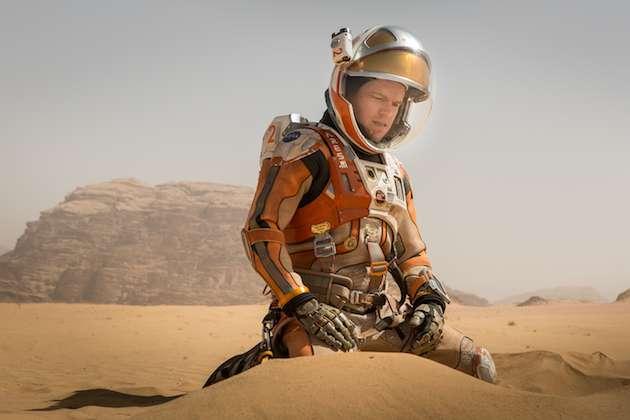 Dans Seul sur Mars, Mark Watney (interprété par Matt Damon) fouille le sable de la région d'Ares Vallis où il s'est rendu pour retrouver Sojourner. © Ph. TM, 20th Century Fox 2015