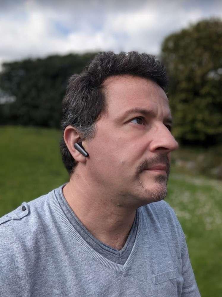Les Anker Soundcore Liberty Air 2 Pro ne sont pas parmi les plus discrets, mais ils sont très légers. © Marc Zaffagni