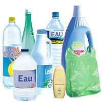 Le polyéthylène téréphtalate (PET), issu de la polycondensation de l'acide téréphtalique et l'éthylène glycol, est un polymère entrant notamment dans la fabrication de la majorité des bouteilles en plastique. Crédits : http://www.letri.com