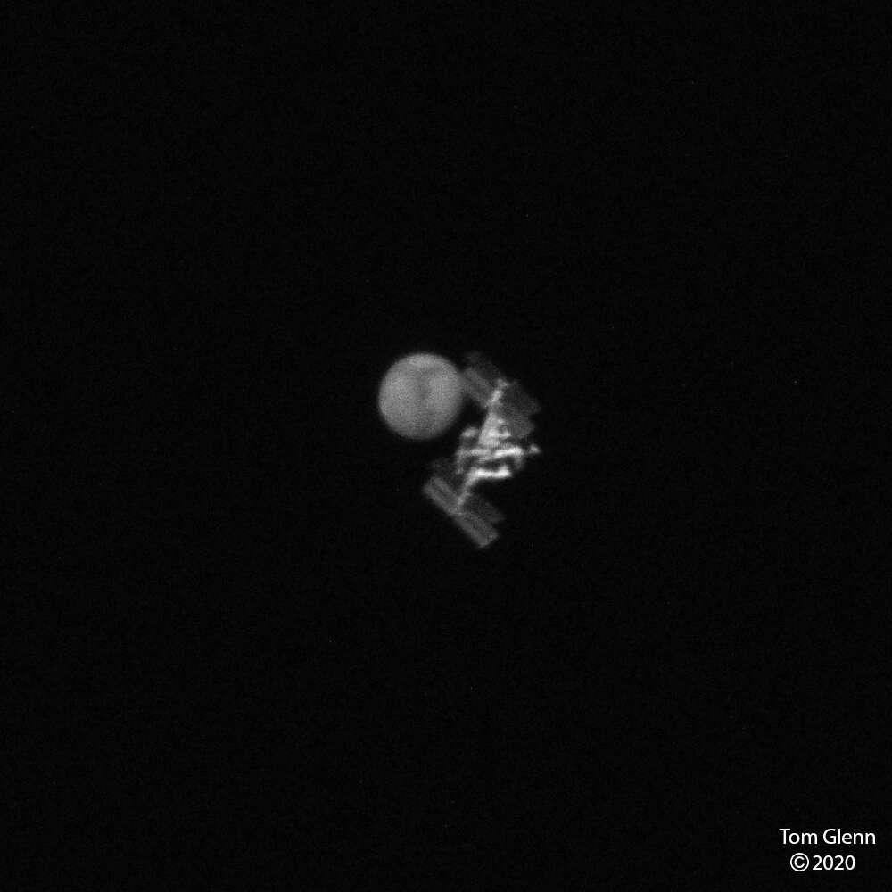 Rare photo d'un transit de la Station spatiale devant Mars. La première n'est qu'à 400 kilomètres de la surface de la Terre, la seconde à bientôt 62 millions de kilomètres. © Tom Glenn, Apod (Nasa)