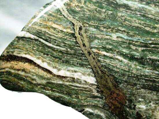 Un fragment de stromatolite trouvé dans la formation de Gunflint. La roche est polie. © Nature