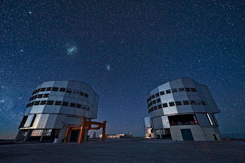 Le VLT, fleuron des observatoires de l'ESO, sous la voûte céleste. De gauche à droite, on voit les Grand et Petit Nuages de Magellan, deux galaxies irrégulières voisines de la Voie lactée. L'étoile brillante sur la partie supérieure gauche est Canopus, dans la constellation de la Carène. © ESO, José Francisco Salgado