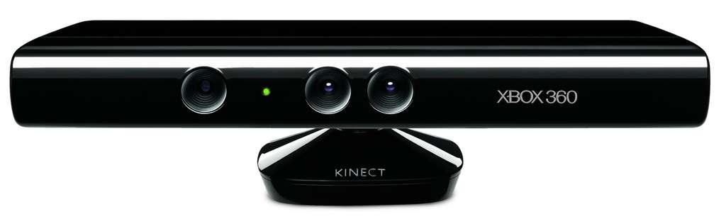 Le « senseur » de Kinect semble arborer trois yeux. Celui de gauche est en fait un émetteur infrarouge qui éclaire la pièce d'une lumière invisible à l'œil humain. Celui du milieu est une caméra et, à sa droite, cet œil-là est un capteur infrarouge construit en CMos. Il voit très mal et seulement en monochrome mais détermine les distances. Un objet renverra en effet plus ou moins d'infrarouge selon qu'il est loin ou près. « Pour lui, ce qui est blanc est proche ; ce qui est noir est à l'infini » résume Alex Kipman. Derrière, le logiciel de la XBox combinera l'image issue de la caméra avec celle de ce capteur pour déterminer les distances des formes repérées dans le champ. Le boîtier contient aussi deux microphones, à gauche et à droite. © Microsoft