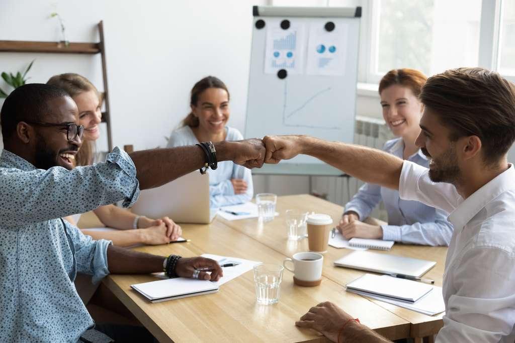 Parmi les quatre styles de management, le management participatif permet à chaque collaborateur de se sentir reconnu. © fizkes, Adobe Stock