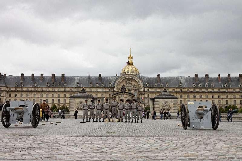 Les artilleurs posant sur l'esplanade des Invalides après le tir de la salve de 21 coups de canon en l'honneur du nouveau président de la République française. © Thesupermat, Wikimedia commons, CC 3.0